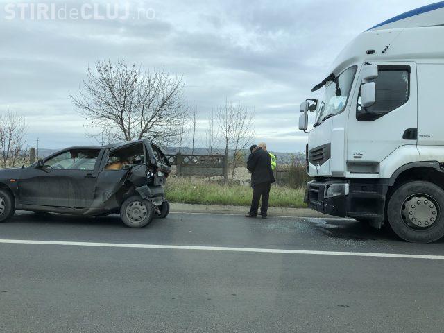 CLUJ: Accident la Dej. Un TIR a făcut praf un autoturism oprit la calea ferată FOTO