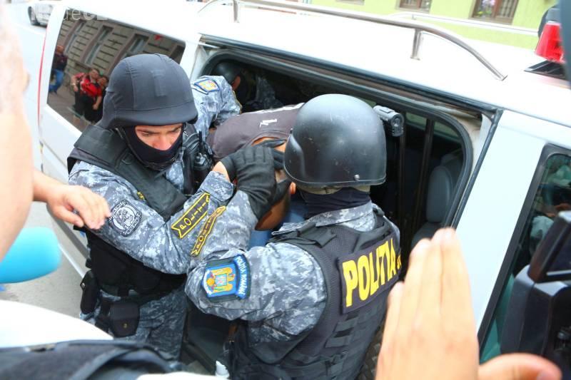 Mascații au reținut un clujean care a intrat cu mașina într-un grup de oameni pe strada București