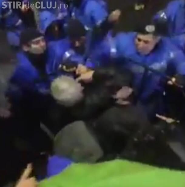 Primele declarații ale jandarmului care a lovit cu pumnii protestatarii de la București: Dacă vedeţi toate ordinele după care ne executăm