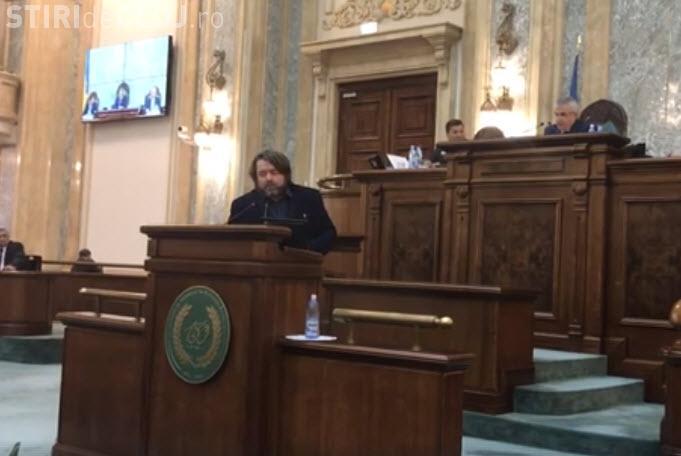 Senatorul Mihai Goțiu a citit la portavoce petiția Declic, după ce i-au tăiat microfonul