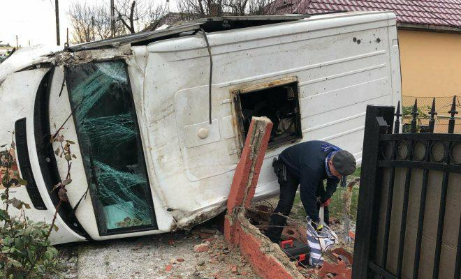 Accident la Cluj! Mașina de transport valori răsturnată în curtea unei case - VIDEO