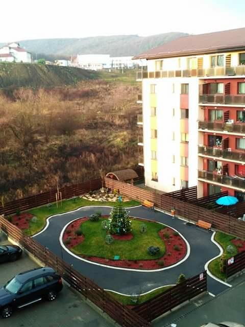 Un bloc din Florești are o grădină amenajată ca în povești - FOTO