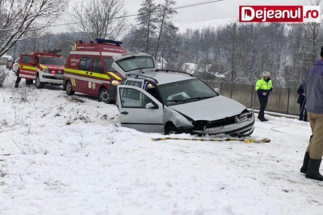 Zăpada le dă mari bătăi de cap șoferilor clujeni. Un alt accident, cu trei victime, a avut loc în Cășeiu FOTO