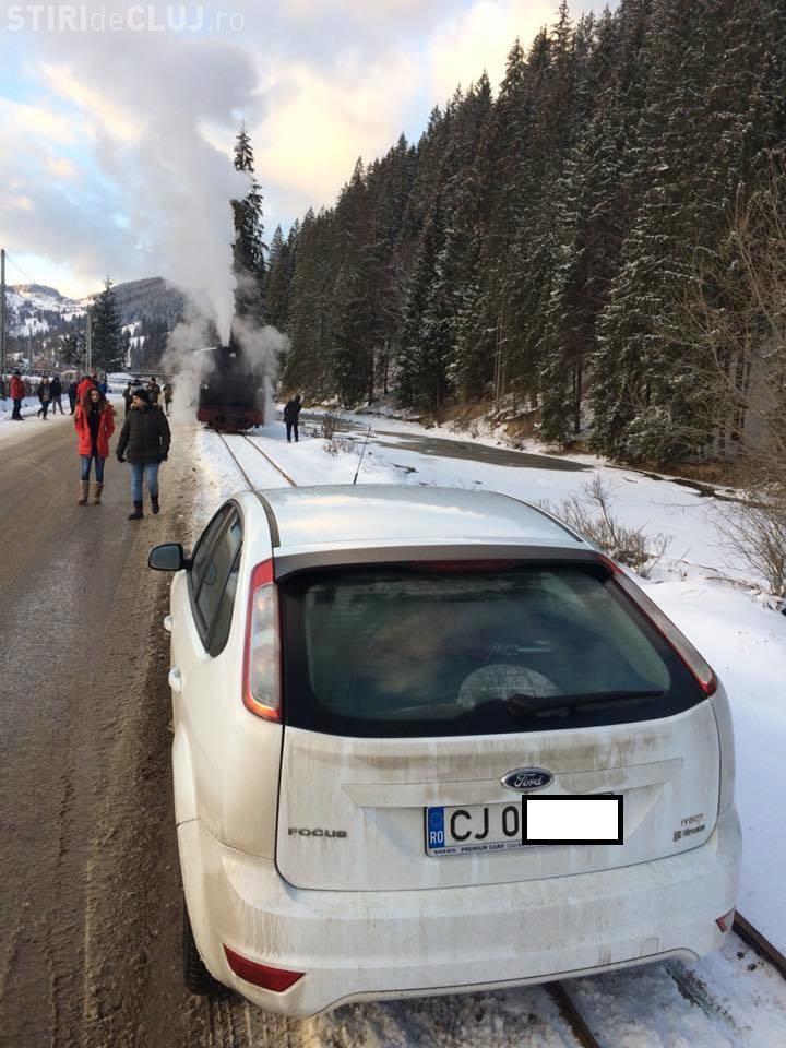 """""""Parcarea"""" anului! Un clujean a blocat Mocănița după ce și-a lăsat mașina pe calea ferată FOTO"""