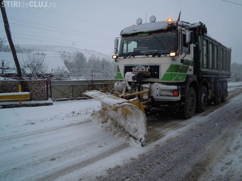 Aproape 630 de tone de material antiderapant împrăștiat peste drumurile județene din Cluj, în urma ninsorilor de azi-noapte