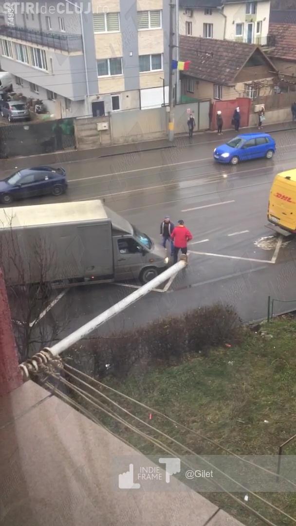 Bătaie în trafic! S-au șicanat și apoi s-au luat la bătaie - VIDEO