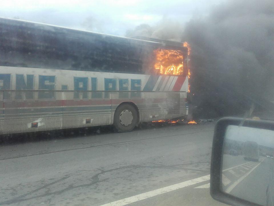 Un autocar a luat foc pe Dealul Feleacului - VIDEO / FOTO
