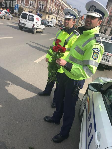 Polițiștii clujeni le-au împărțit flori șoferițelor, de 8 martie FOTO
