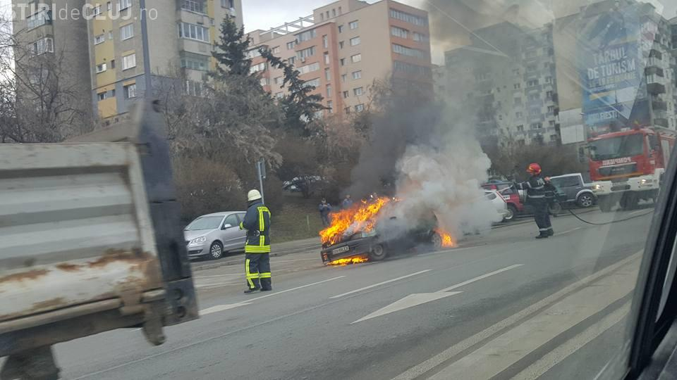 Cluj: O mașină a luat foc pe Calea Florești - FOTO