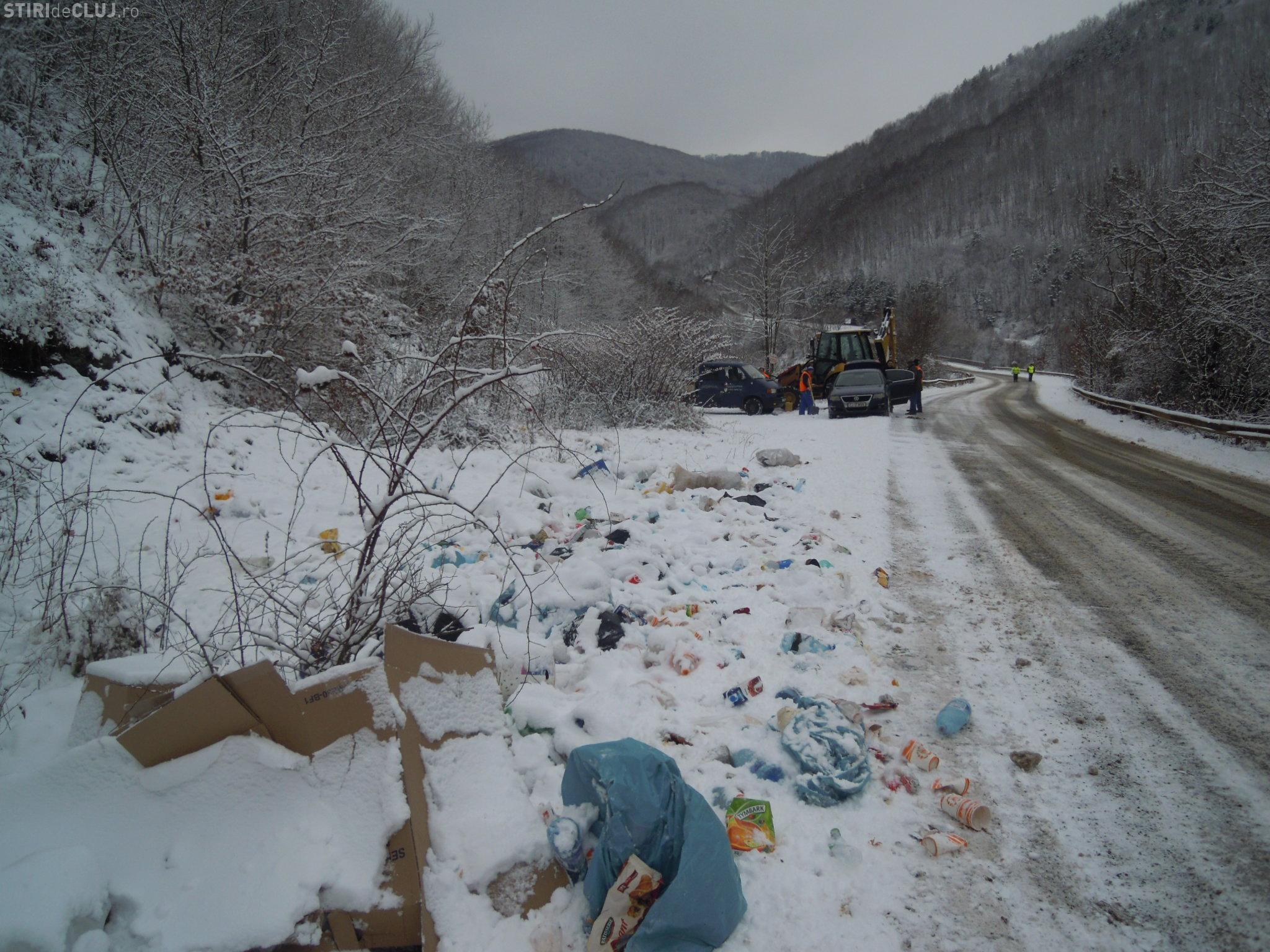 """Acțiune de salubrizare în zona turistică """"Lac Tarnița"""", de pe drumul județean 107 P - FOTO"""