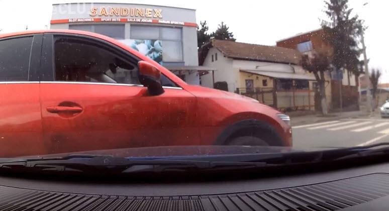 """Accident LIVE în Gheorgheni! !M-ai depășit prin dreapta handicapatule!"""" / """"Bă, ești tâmpit!"""" - VIDEO"""