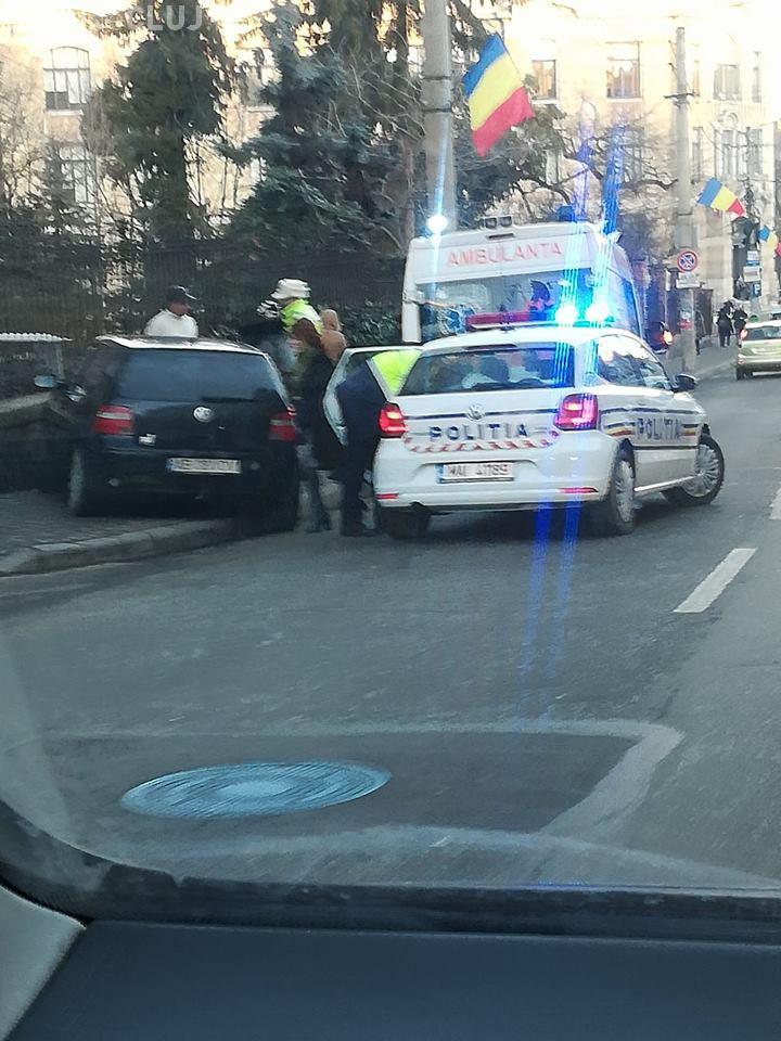 Cluj-Napoca: Femeie lovită de o mașină care a luat-o la vale. Era parcată fără frâna de mână trasă - FOTO