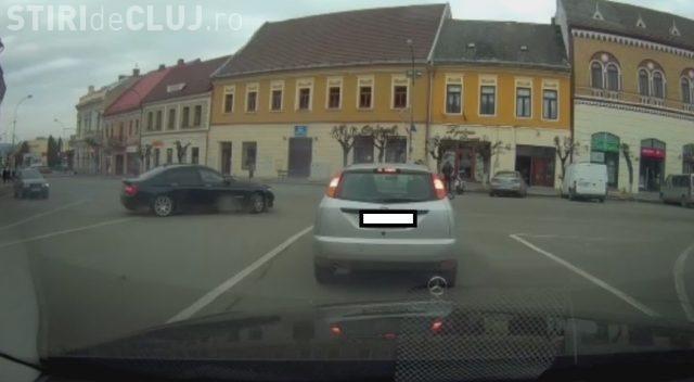 Un cocalar cu BMW a făcut drifturi în centrul Dejului, pentru a-și impresiona iubita - VIDEO