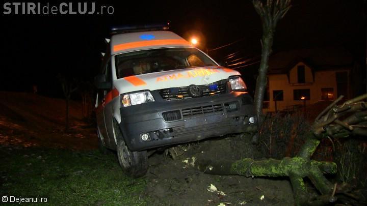 """Ambulanță avariată la Dej, de o groapă semnalizată de """"DOREL"""" – VIDEO"""