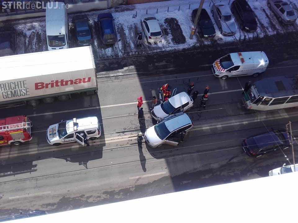 Accident pe Bulevardul Muncii. Două autoturisme s-au lovit chiar pe linia de tramvai FOTO