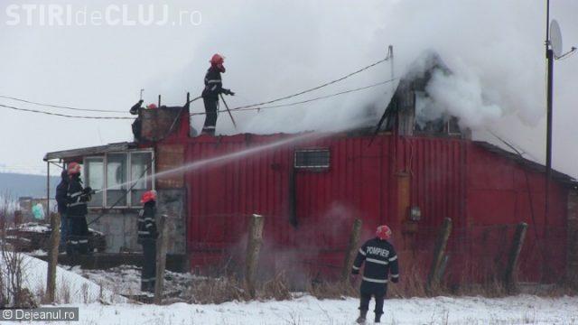 CLUJ: Incendiu la o casă de vacanță din Bonțida. Proprietarii au reușit să iasă la timp din imobil VIDEO