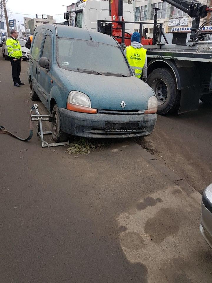Polițiștii locali au găsit aproape 700 de mașini abandonate pe stradă la Cluj, în 2017 FOTO