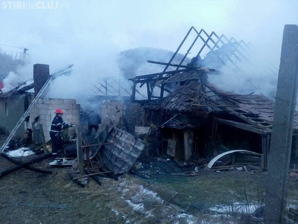 Tragedie la o localitate din Cluj. O familie a rămas fără locuință după ce aceasta a ars complet FOTO