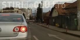 HAOS în trafic, în Mănăștur: Au încurcat traficul punând stâlpișori pentru delimitarea benzilor în sensul giratoriu