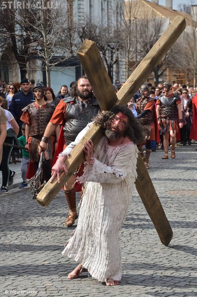 """Cluj: Reconstituire șocantă a """"Drumului Crucii"""" în centrul orașului - FOTO"""
