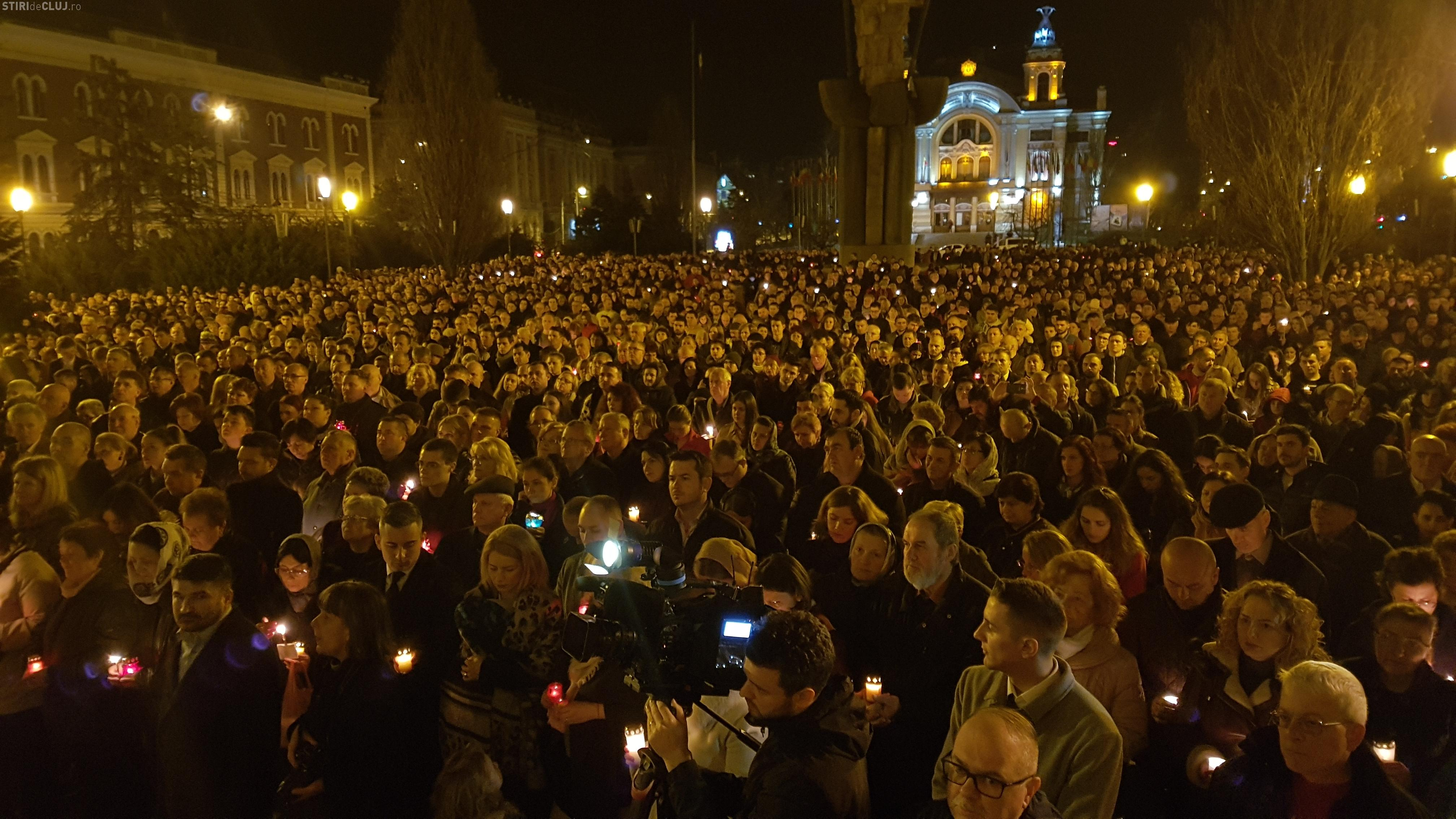 Mii de clujeni la slujba de Înviere din Piața Avram Iancu - VIDEO