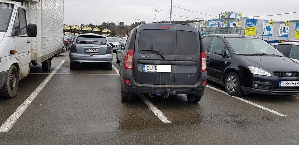 Nesimțire în parcare la Vivo (fostul Polus). Șoferul parcase pe două locuri - FOTO