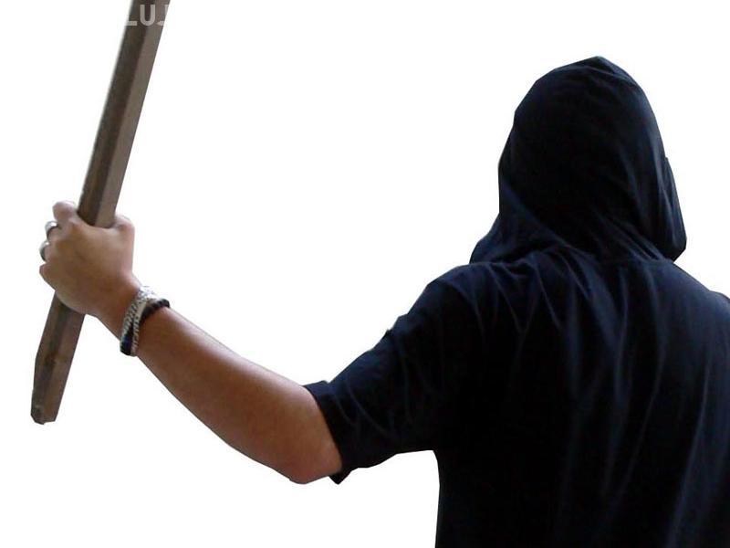 """CLUJ: Bătaie ca în """"vestul sălbatic"""" la Fizeșu Gherlii. Doi tineri s-au bătut cu bâtele, la ieșirea din bar"""