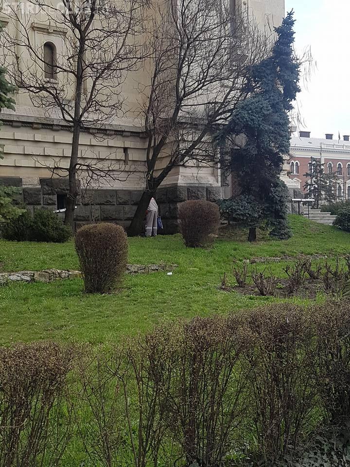 Angajat E.ON Gaz Cluj urina pe Catedrala Mitropolitană din Piața Avram Iancu - FOTO