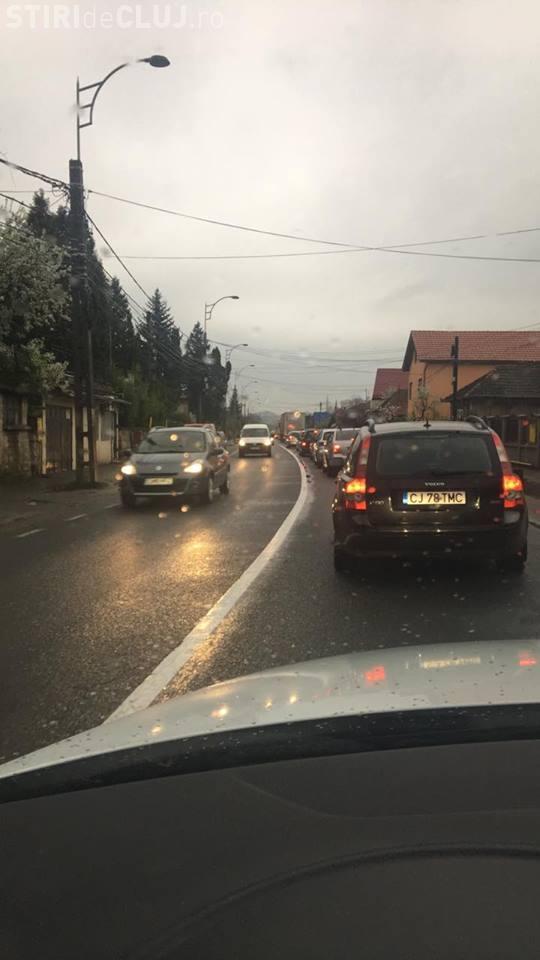 Trafic blocat în Baciu! După ploaie oamenii au ieșit cu mașinile - FOTO