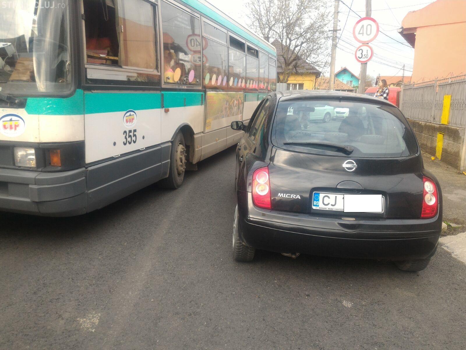 A blocat traficul pe o stradă din Cluj și a fost lovită de autobuz. Poliția a venit urgent - FOTO