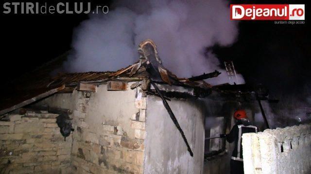 Incendiu lângă Gherla. Un bătrân a ajuns la spital VIDEO