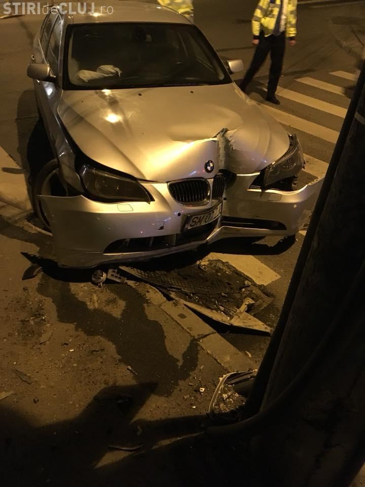 """BMW """"împlântat"""" într-un stâlp pe strada Republicii. Șoferul era beat la volan - FOTO"""