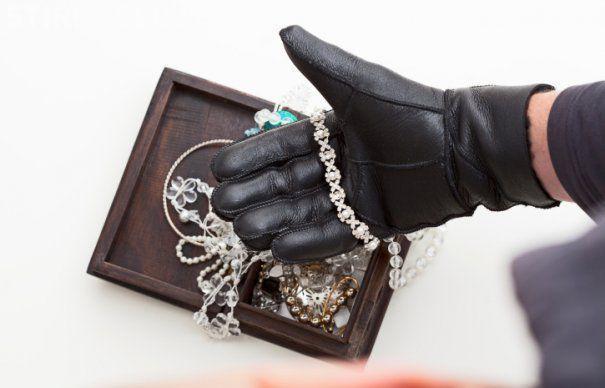 Hoț de bijuterii profesionist, prins de polițiștii clujeni. Era căutat pentru comiterea mai multor furturi în Austria