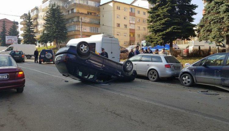 Accident impresionant la Dej. Un șofer beat la volan a reușit să se răstoarne cu mașina în mijlocul străzii FOTO