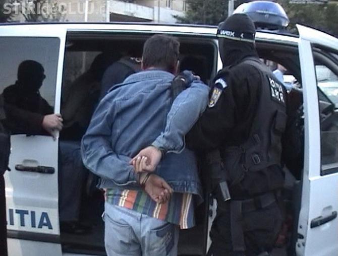 CLUJ: Scandal cu forcuri de armă, în fața unui local din Câmpia Turzii. Un bărbat a fost arestat pentru ultraj