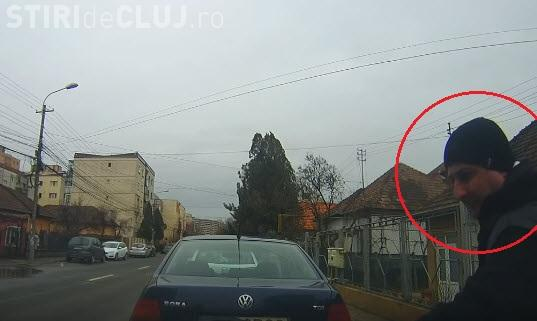 Cluj: Bărbat FILMAT când îndoia ștergătoarele mașinilor de pe o stradă - VIDEO