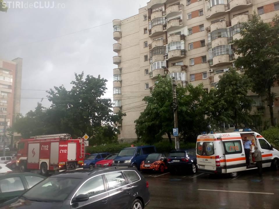 Tentativă de sinucidere la Cluj! O femeie a fost oprită de forțele de ordine, înainte să se arunce de pe bloc