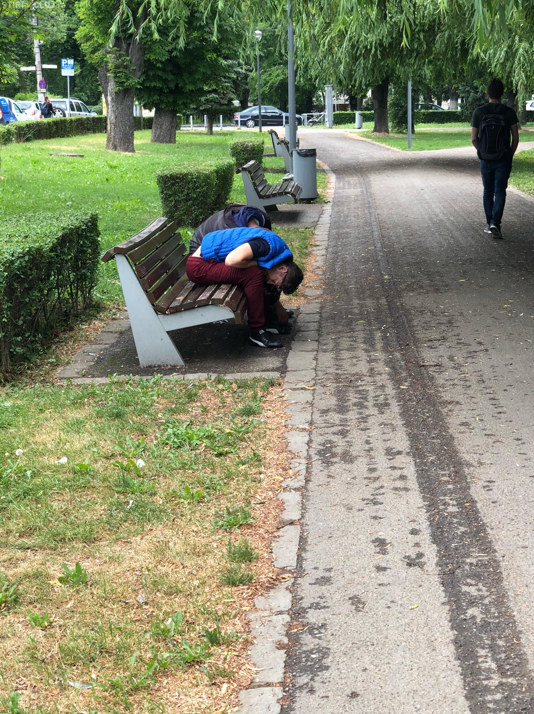 """""""Obosiți"""" după programul de lucru, doi tineri au leșinat în Parcul Central - VIDEO"""
