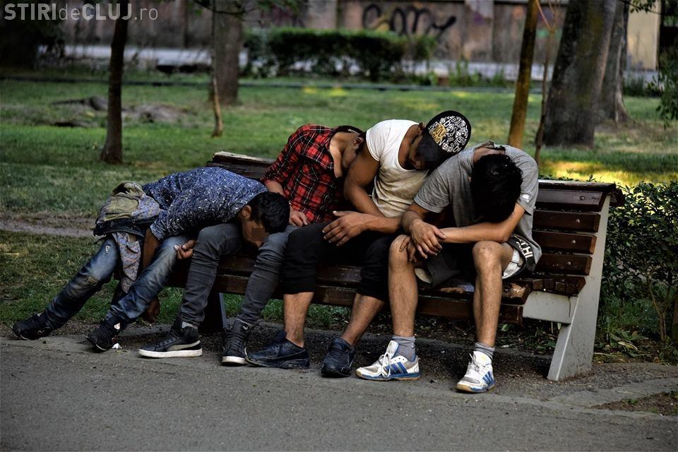 """Parcul Central: Tineri """"rupți de muncă"""" zac leșinați pe bancă - FOTO"""