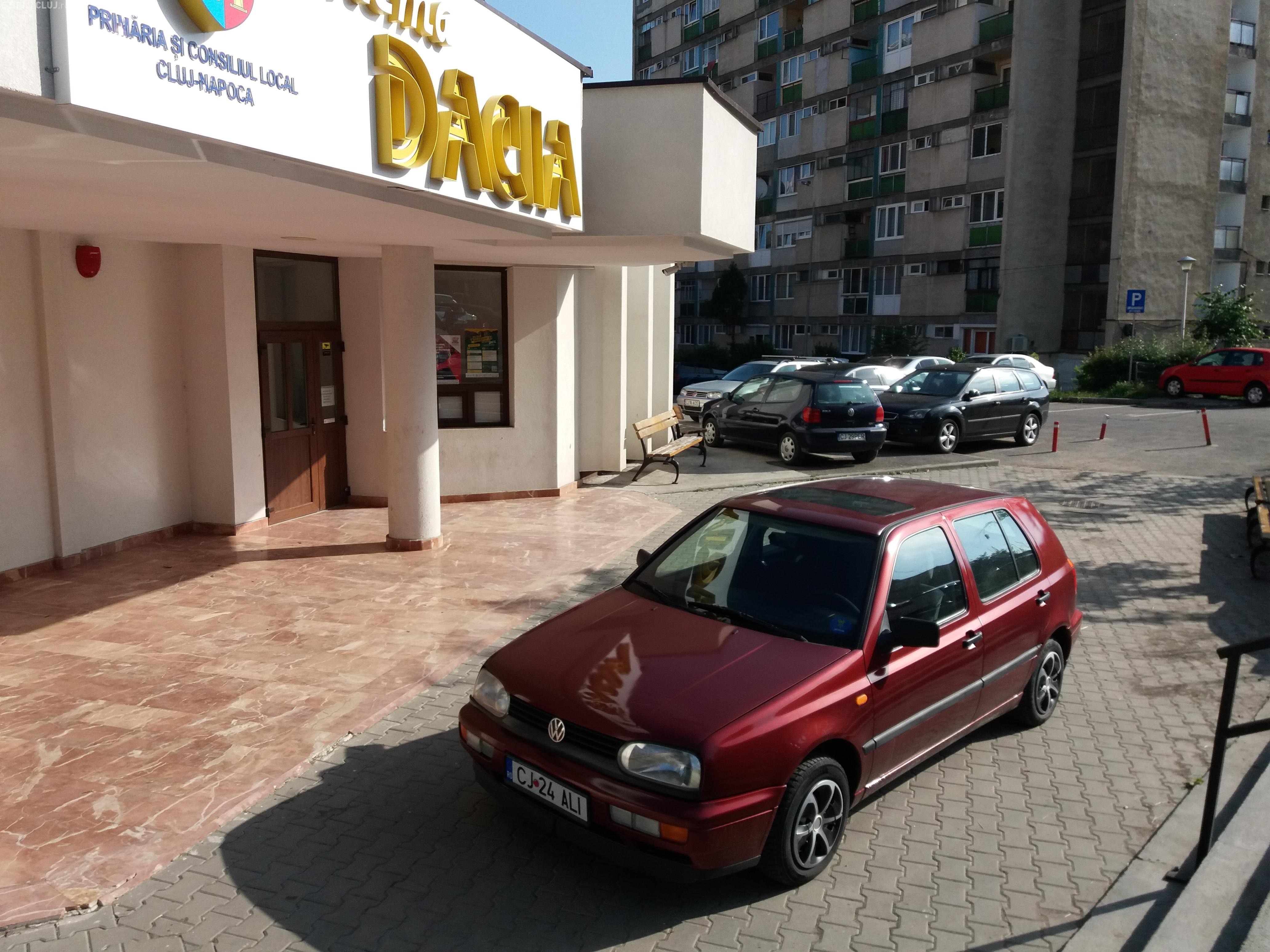 Parcarea pentru polițiști ȘMECHERI în ușa Cinema Dacia! Poliția Locală, de teamă, nu ia măsuri - FOTO