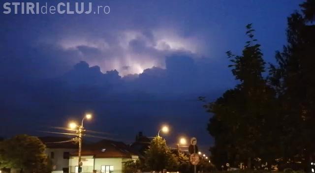 """""""Discotecă"""" pe cerul Clujului! Spectacol de fulgere - VIDEO"""