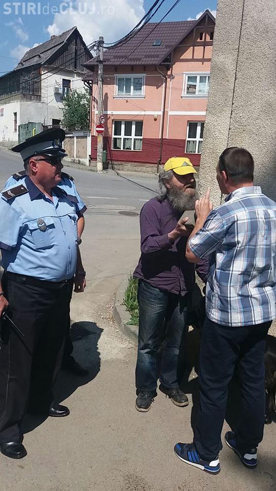Un cunoscut blogger din Turda fura dale din Parcul Central - FOTO