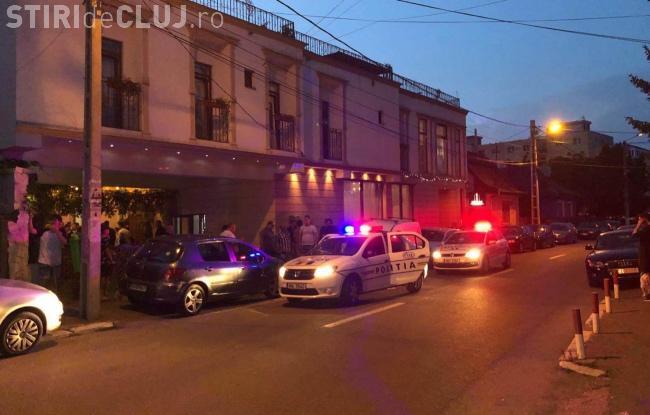CLUJ: Bătaie la un local din Câmpia Turzii. Agresorul a fost încătușat de polițiști VIDEO