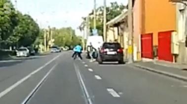 CLUJ: Biciclistă accidentată după ce un taximetrist i-a deschis ușa în față. A cui e vina? VIDEO