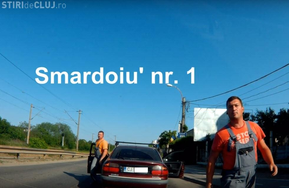 """Cluj: """"Smardoii"""" s-au dat jos din mașină să îl AMENINȚE - VIDEO"""