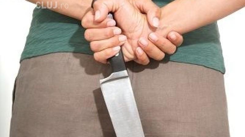 Caz desprins parcă din filme, în România: O femeie și-a înjunghiat amantul cu 20 de ani mai tânăr, după ce au fost prinși în fapt de iubitul acesteia