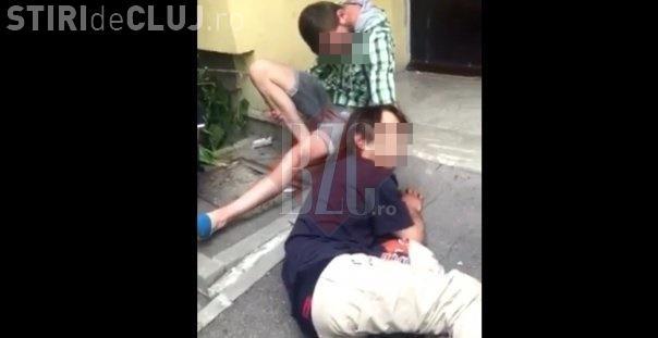 Tineri drogați în Mănăștur. Erau căzuți în fața unui bloc - VIDEO