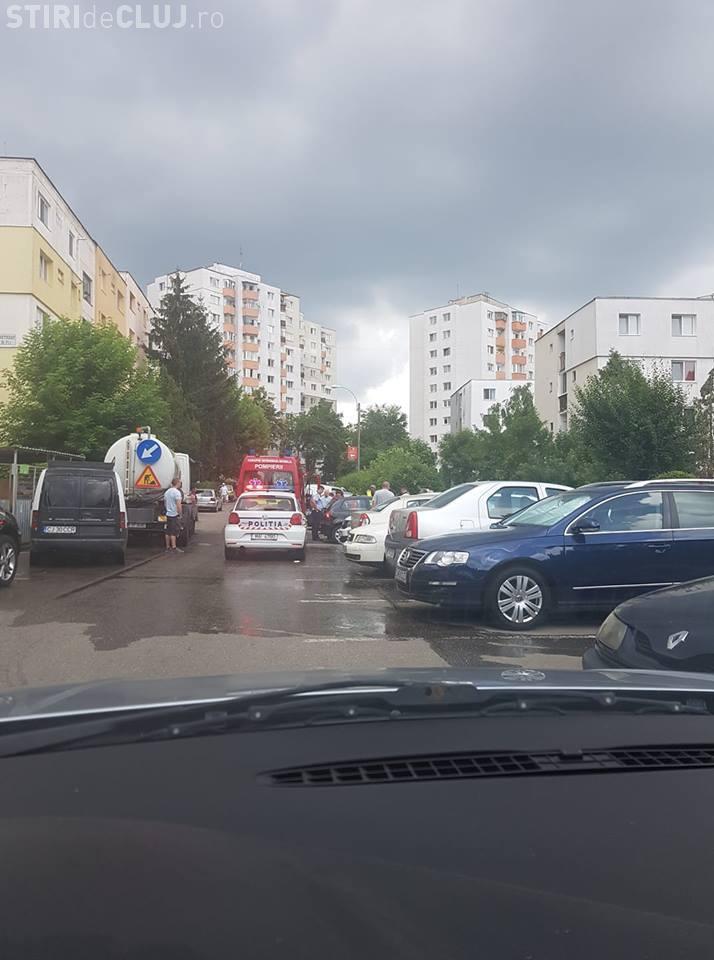 Copil lovit de mașină chiar lângă școală, Mănăștur. Traversa strada neregulamentar FOTO