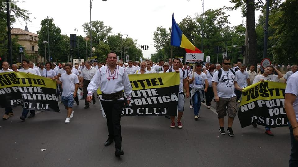 Clujenii social-democrați s-au fotografiat la mitingul din București. Erau conduși în marș de seful PSD Cluj, îmbrăcat în ie FOTO