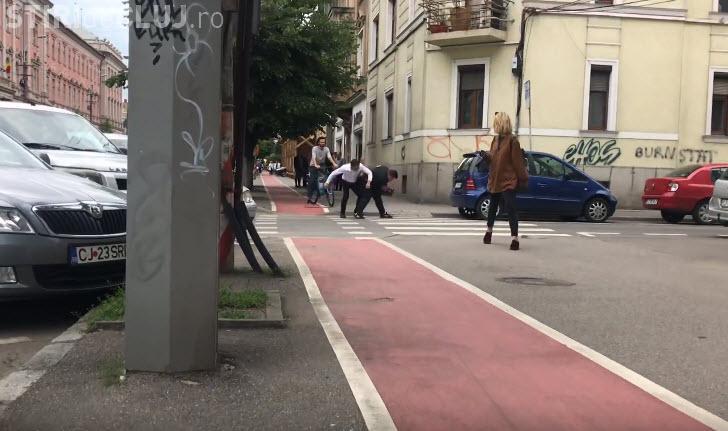"""Bătaie în fața Tribunalului Cluj. Un șofer s-a bătut cu un """"fumat"""" - VIDEO"""